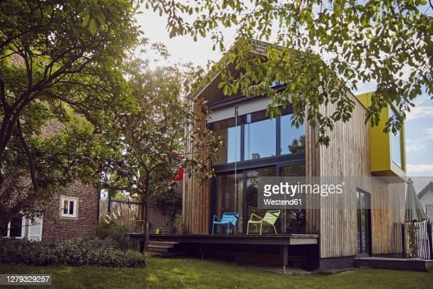 exterior of modern tiny house - wohnhaus stock-fotos und bilder