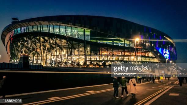 extérieur du nouveau stade de tottenham hotspur illuminé la nuit à londres, r-u - english premier league photos et images de collection