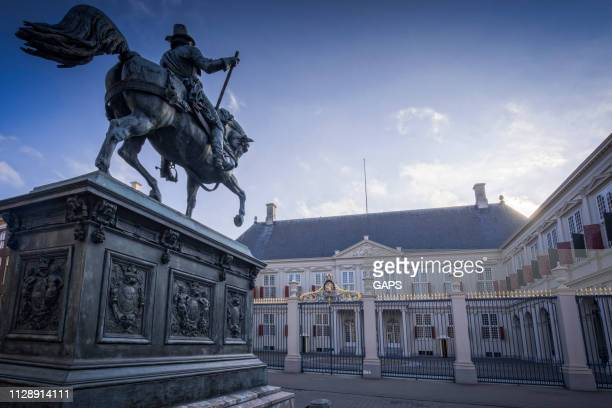 exterior of noordeinde palace in the hague - noordeinde palace stock pictures, royalty-free photos & images