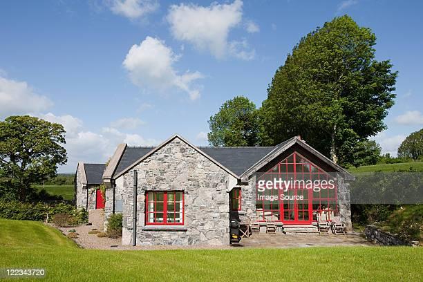 exterior of rural irish cottage - casita de campo fotografías e imágenes de stock