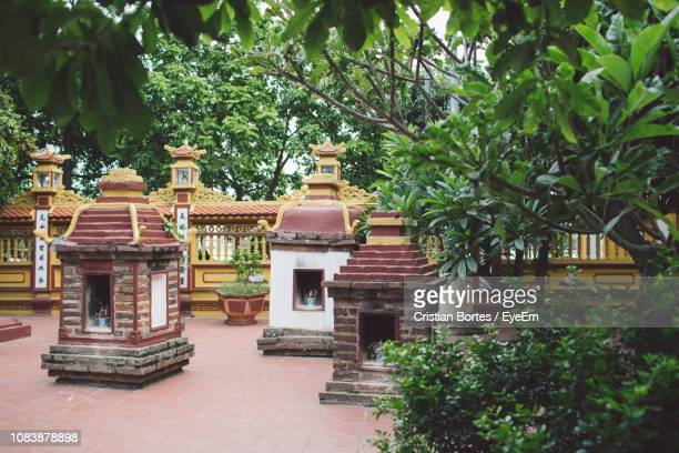 exterior of temple by plants - bortes fotografías e imágenes de stock