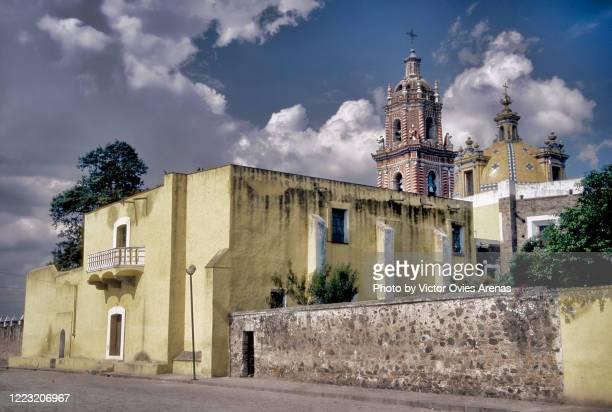 exterior of the 16th century church of santa maría tonantzintla decorated in indigenous baroque - victor ovies fotografías e imágenes de stock