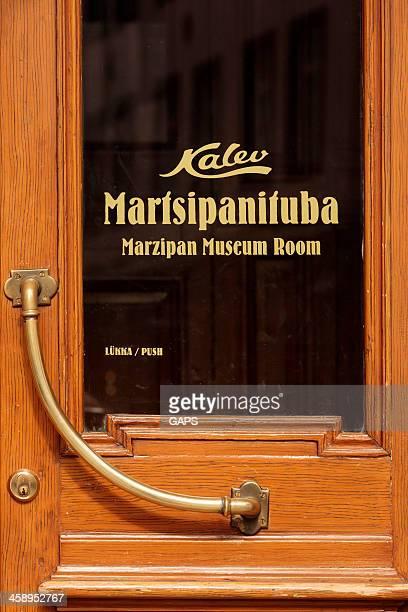 exterior do maiasmokk cafe em tallinn - marzipan - fotografias e filmes do acervo