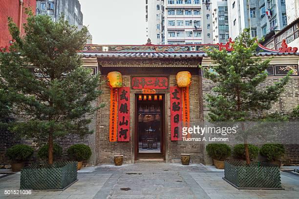 exterior of the man mo temple in tai po, hong kong, china. - man motempel stockfoto's en -beelden