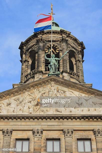 exterior of the royal palace in amsterdam - koninklijk paleis amsterdam stockfoto's en -beelden
