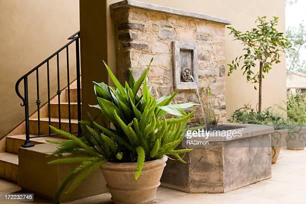 Escalier extérieur et bassin