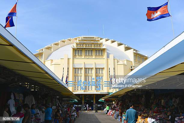 exterior view of central market, psar thmei, phnom penh, cambodia - phnom penh stock pictures, royalty-free photos & images
