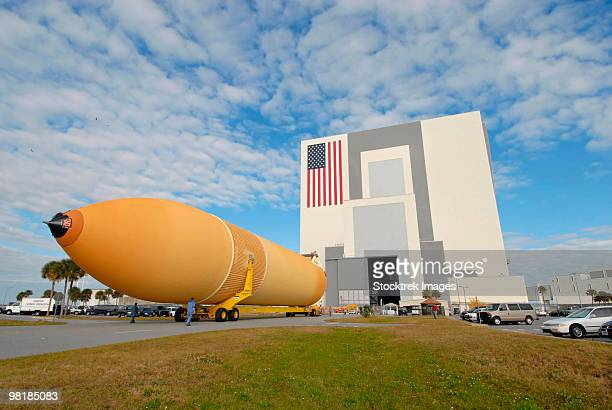 external tank 130 rolls toward kennedy space center's vehicle assembly building. - nasa stock pictures, royalty-free photos & images