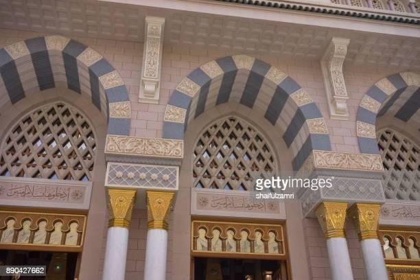 external view of mosque al-nabawi in medina, saudi arabia. - shaifulzamri photos et images de collection