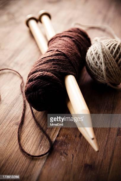 Ball aus Wolle und Nadeln.