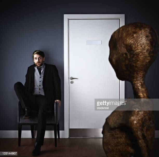 Ängstlich Mann Extraterrestrial sehen.