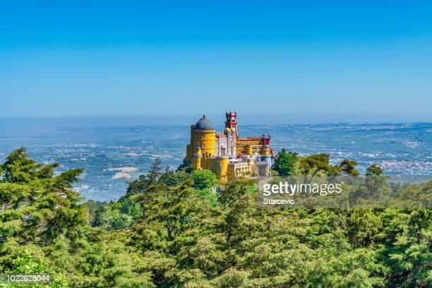 extravagante palacio de pena en sintra, portugal - sintra fotografías e imágenes de stock