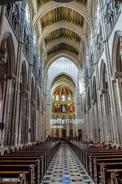 extravagent interior de catedral-madrid, españa - catedral de la almudena fotografías e imágenes de stock