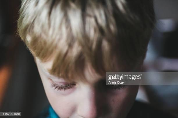 extreme close up of boy looking down - regarder vers le bas photos et images de collection