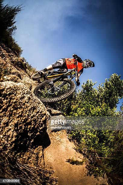 Extreme mountain biker über die steil dowhill Fahrt