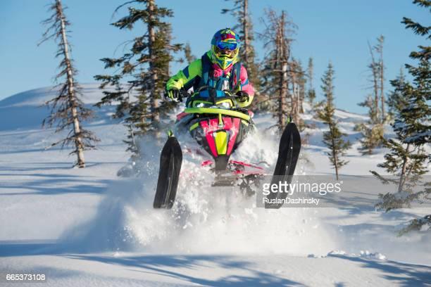 moto de neve extremo na neve profunda na floresta de abetos. - snowmobiling - fotografias e filmes do acervo