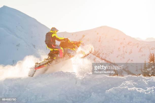 moto de neve extremo no topo das montanhas. - snowmobiling - fotografias e filmes do acervo