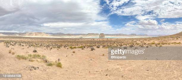 extreme wide shot of the lone rock at the wahweap bay at lake powell - fitopardo stock pictures, royalty-free photos & images