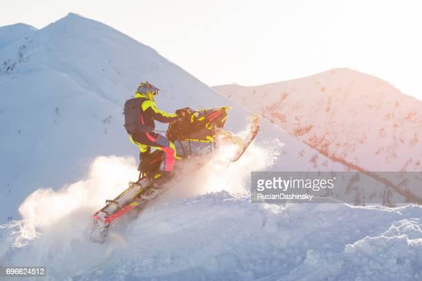 esporte de inverno extremo. surfista de homem em cima das montanhas. - snowmobiling - fotografias e filmes do acervo