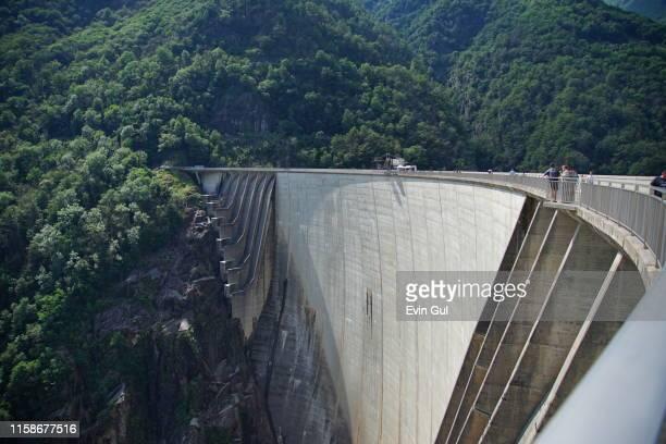 extremely high dam in switzerland - stausee stock-fotos und bilder