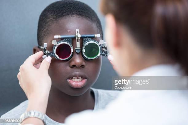 eye examination - color blindness - fotografias e filmes do acervo
