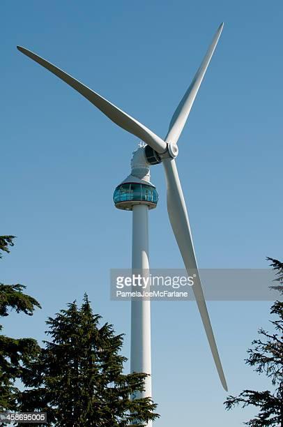 目の風力タービンにライチョウ山、north バンクーバー - grouse mountain ストックフォトと画像