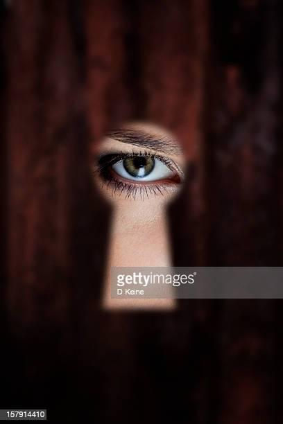 目を - peeping holes ストックフォトと画像