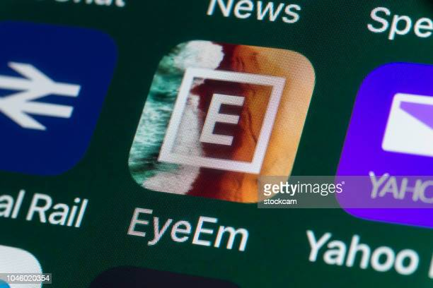 eyeem, yahoo mail, national rail and other apps on iphone screen - eyeem stock pictures, royalty-free photos & images