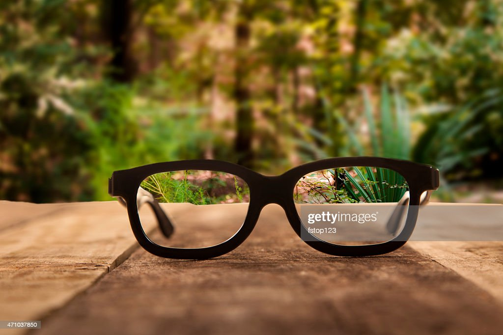 Eyeglasses auf rustikalen Holztisch.   Wald Hintergrund. : Stock-Foto