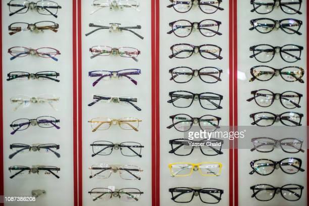 eyeglasses variation - auslage stock-fotos und bilder