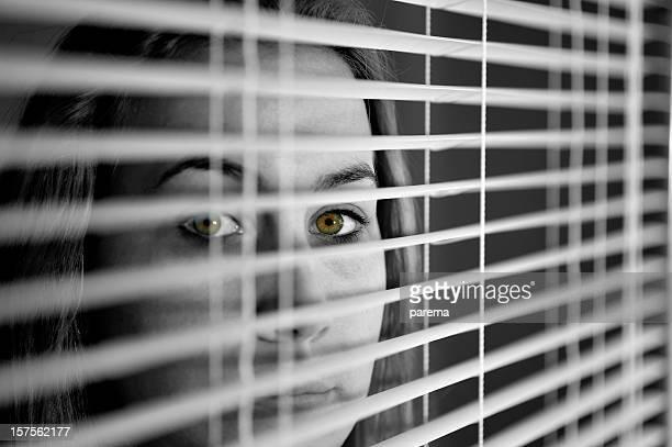 Ojos detrás de las cortinas