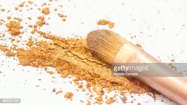 eyeshadow powder and makeup brush - アイシャドウ ストックフォトと画像