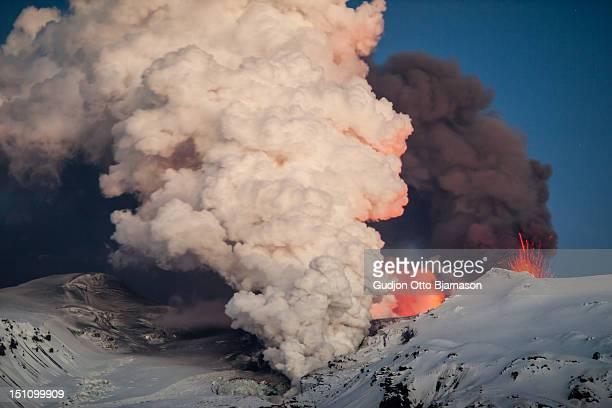 eyjafjallajökull volcano - erupting stock-fotos und bilder