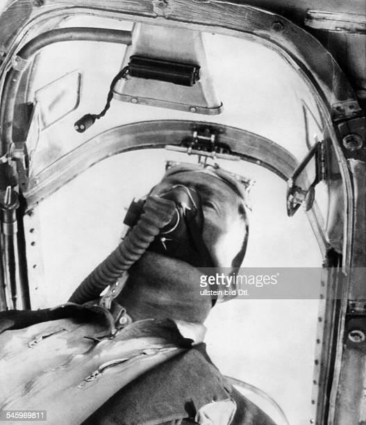 Eyston George Rennfahrer GB schützt sich mit einem Sauerstoffgerätgegen die Gase seines mit 6000 PSangetriebenen Rennwagens der dieGeschwindigkeit...