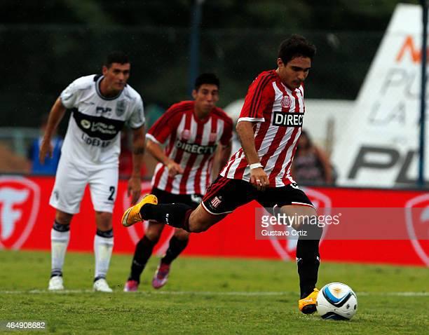 Ezequiel Cerutti of Estudiantes kicks the ball from the penalty spot to score against Gimnasia y Esgrima de La Plata during a match between Gimnasia...