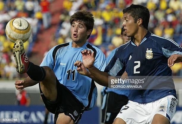 Ezequiel Garay de la seleccion de Argentina disputa el balon con Alvaro Navarro de Uruguay durante el partido por el campeonato Sudamericano Sub 20...