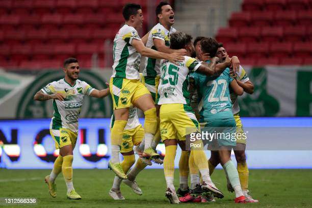 Ezequiel Unsain of Defensa y Justicia celebrates with teammates after winning in the penalty shootout after a match between Palmeiras and Defensa y...