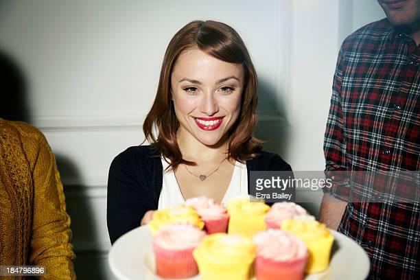 woman with a plate of cupcakes - repas servi photos et images de collection
