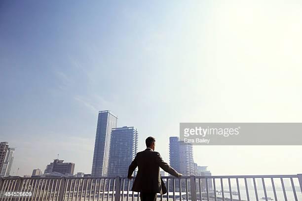 businessman looking out over the city. - un solo hombre fotografías e imágenes de stock
