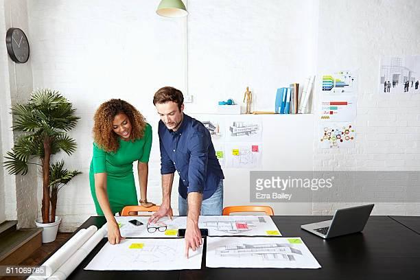 work colleagues brainstorming in creative office - colega de trabalho papel humano - fotografias e filmes do acervo
