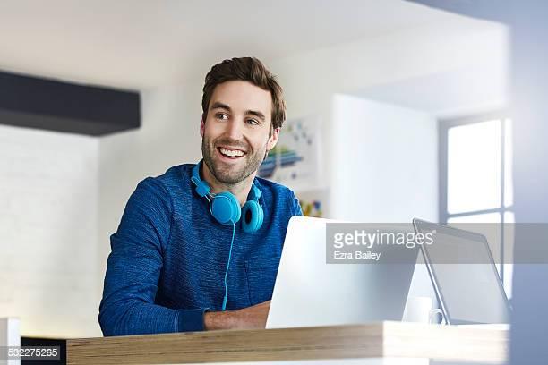 young creative working in an open plan office - só um homem jovem - fotografias e filmes do acervo