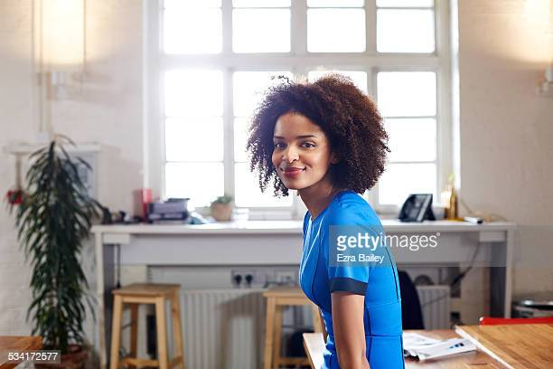 portrait of a creative woman in loft apartment. - 25 29 jaar stockfoto's en -beelden