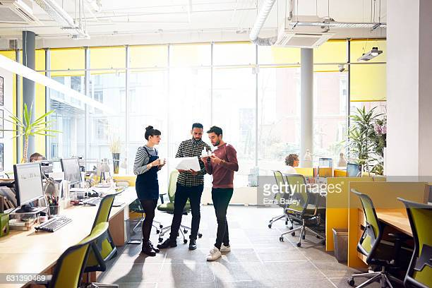 colleagues having an impromptu meeting. - desk stock pictures, royalty-free photos & images