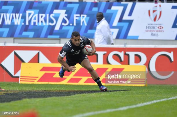 Fa asiu Fuatai of New Zealand scores a try during the HSBC rugby sevens match between the United States of America and New Zealand on May 13 2017 in...