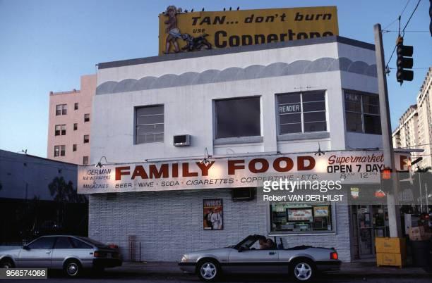 Façade d'un restaurant en mars 1992 à Miami Beach aux États-Unis.