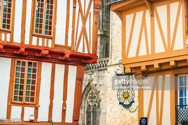 façade of half-timbered buildings and with the cathédrale (cathedral) saint-pierre on the background - ヴァンヌ ストックフォトと画像