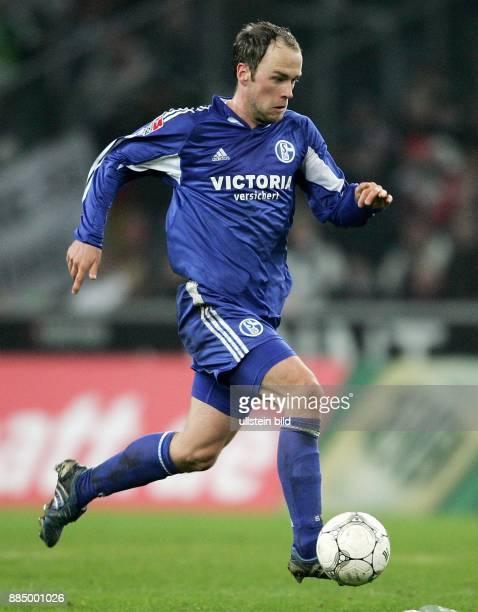 Fabian Ernst Mittelfeldspieler FC Schalke 04 D läuft mit dem Ball
