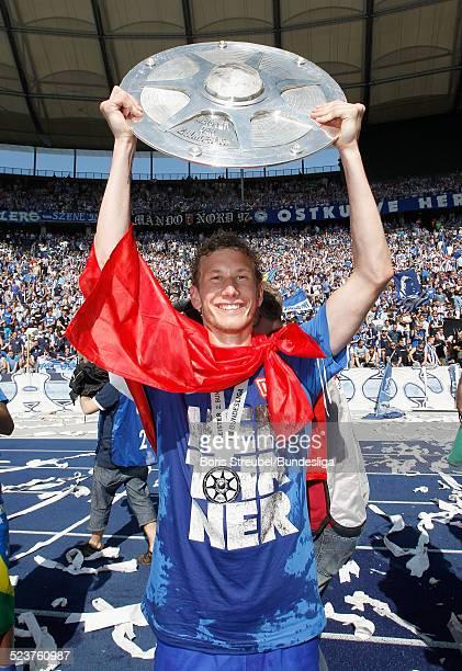 Fabian Lustenberger von Hertha BSC bejubelt mit der Meisterfelge die 2 Bundesliga Meisterschaft und den Aufstieg in die 1 Bundesliga nach dem...