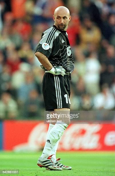 Fabien Barthez Torwart der französischen Nationalmannschaft schaut sich während der FußballEuropameisterschaft 2000 auf dem Spielfeld um