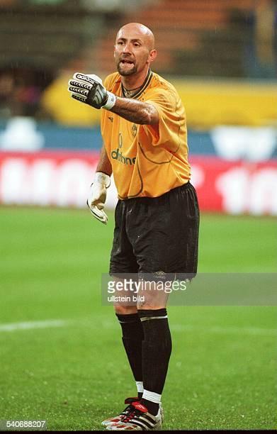 Fabien Barthez Torwart des englischen Premier League Fußballvereins Manchester United dirigiert mit den Armen seine Abwehr